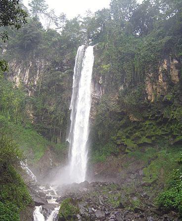 Air terjun grojogan sewu terletak di tawangmangu suatu kawasan sebelah